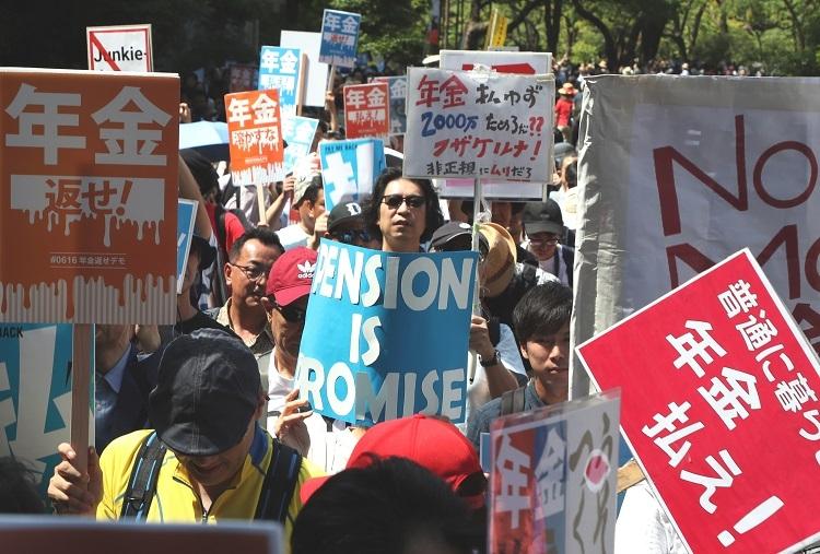 2019年6月、金融庁の審議会がまとめた「老後の資金は年金だけでは2千万円足りない」とする報告書が大きな怒りを呼び抗議の「年金デモ」が行われた(時事通信フォト)