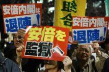 反安倍政権のデモでは激しい言葉も並んだ(時事通信フォト)