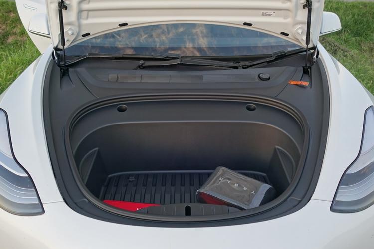 EVの特徴を生かし、フロントボンネットの下にもカーゴスペースが設けられている