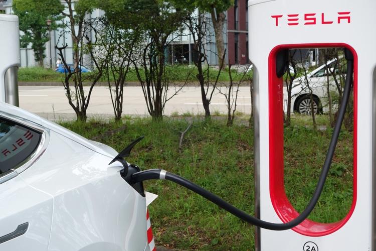 スーパーチャージャーでの充電は簡単。プラグを差し込むだけで充電操作から料金の決済までが自動的に完了する