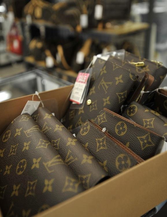 いくら高級ブランド品でも買取数が増えれば価格は下がる(イメージ、時事通信フォト)