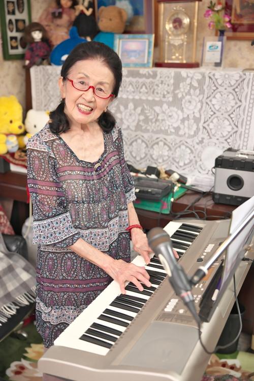逆再生の楽曲を配信する「リバース・シンガー」中田芳子さん