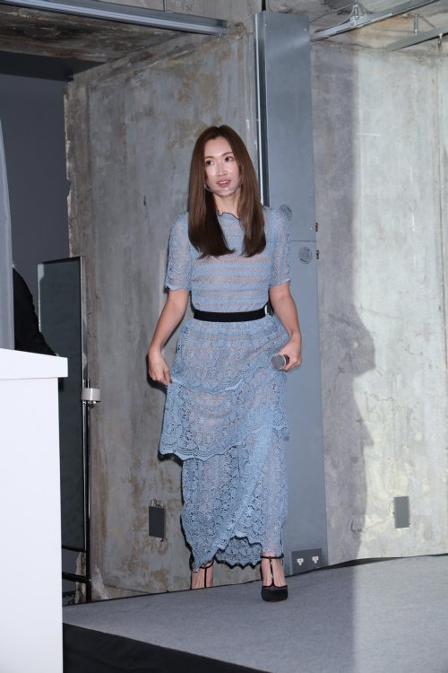 透け感のあるワンピースで登場の紗栄子