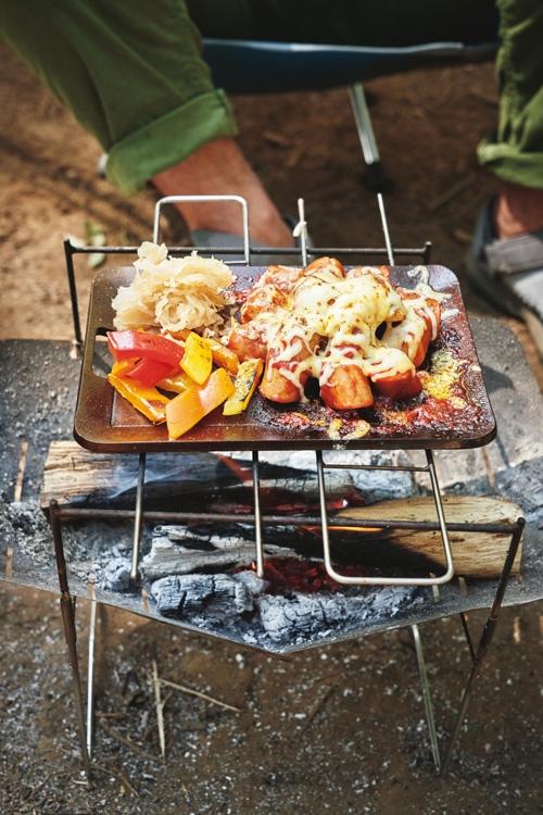 ソーセージとチーズが絶妙にマッチするソロキャンプ飯「カリーブルスト風 野菜添え」