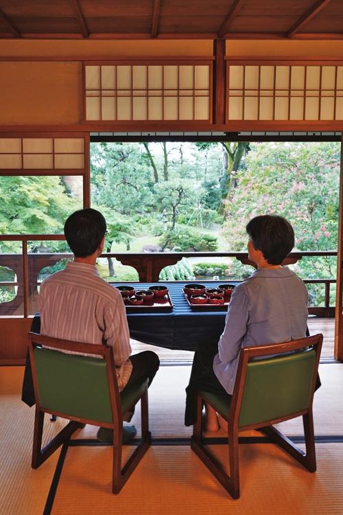 綺麗な庭を眺めながら朝食を楽しめる