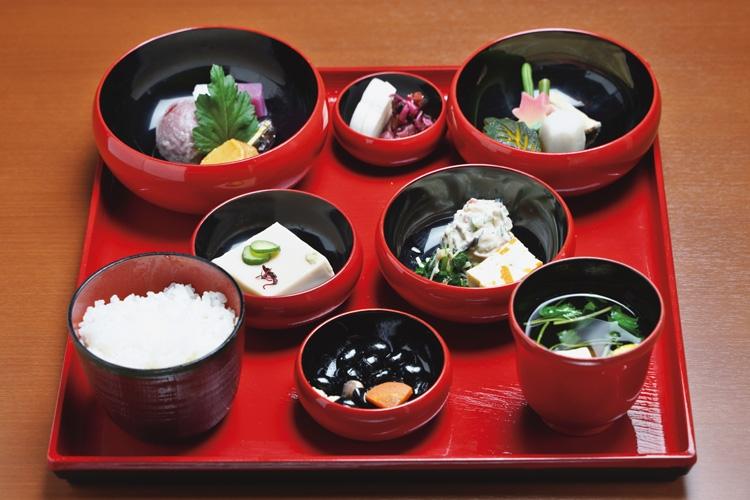 朱塗りの鉄鉢に美しく盛り付けられた精進鉄鉢料理