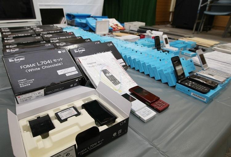 2005年の携帯電話不正利用防止法施行以降、新規の携帯電話を準備するのは難しくなった(時事通信フォト)