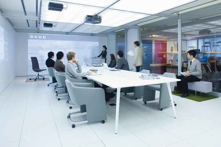 16年まで、オフィスの机・テーブルといえば白が一般的だった