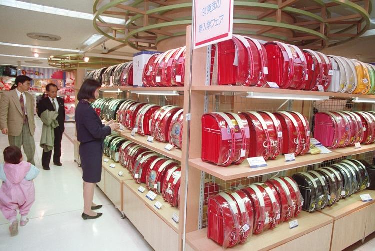 94年の百貨店売り場の様子。ピンクや白のランドセル登場も、依然赤と黒が主流(時事通信フォト)