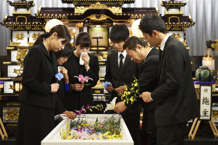 """""""密""""な葬儀は過去のもの?(イメージ)"""