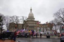 ミシガン州議事堂前に停まるトランプ支持者のトラック(撮影/横田増生)