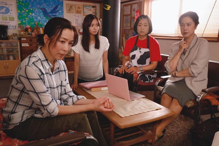 『さくらの親子丼』のワンシーン(右は名取裕子と南海キャンディーズ山崎静代、写真提供/東海テレビ)