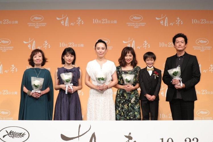 左から、浅田、蒔田、河瀬監督、永作、佐藤、井浦