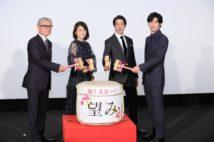左から堤幸彦監督、石田ゆり子、堤真一、岡田健史