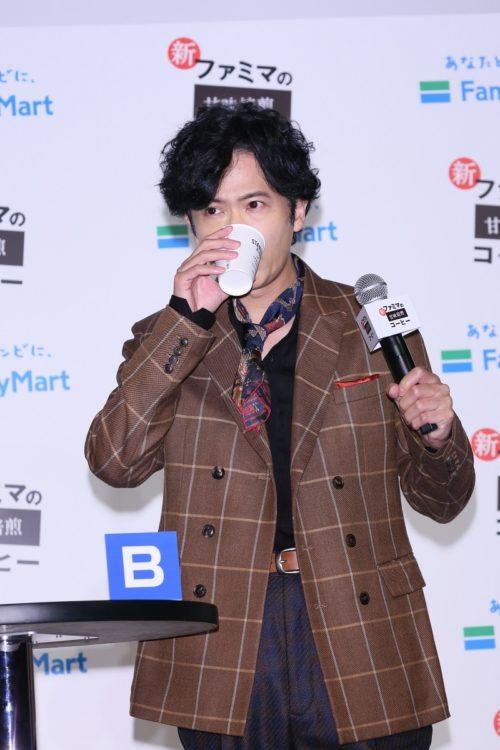 コーヒーのパネルを手に持ち、コーヒーを飲み比べする姿もステキな稲垣吾郎