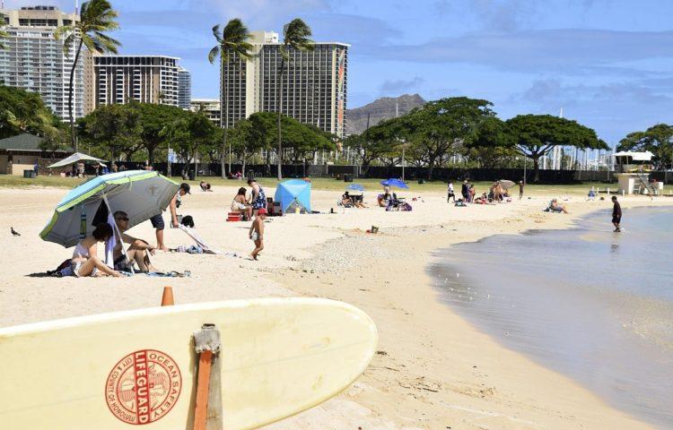 コロナの影響で訪れる人が激減したアラモアナビーチ(今年7月、写真/共同通信社)