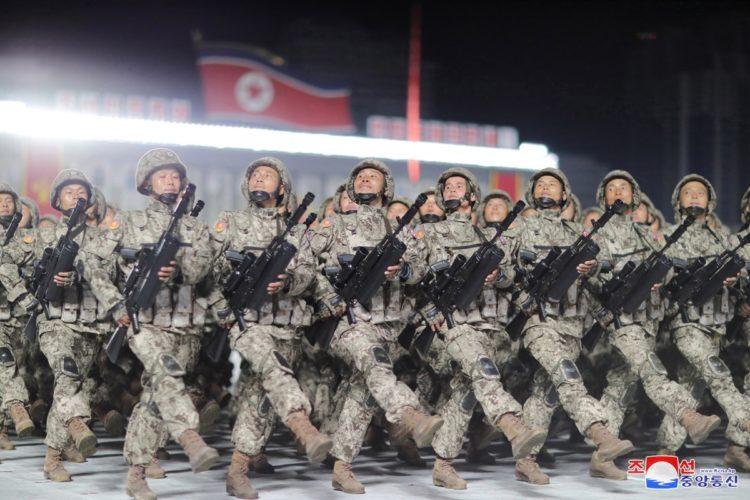 パレードで行進する兵士たち(EPA=時事)