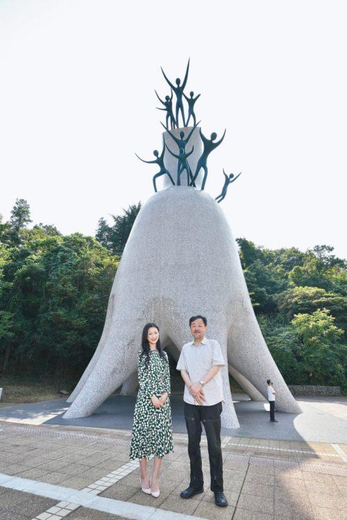 1971年岡本太郎作『母の塔』『天空に向かって燃えさかる永遠の生命』などをイメージ