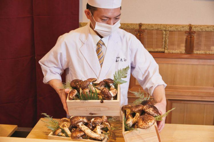 「銀座 和久多」店主で料理長の亀山昌和さん。例年より2週間程長く松茸懐石コースを楽しめるとのこと