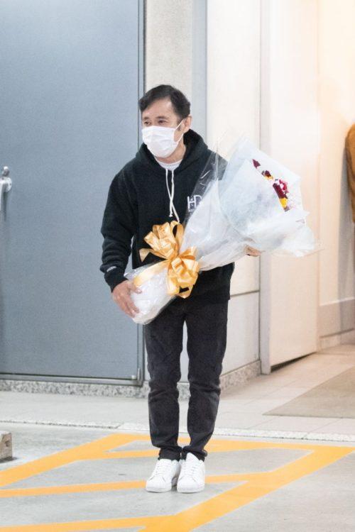 結婚発表したラジオの終了後、花束を持って報道陣の前に登場した岡村隆史