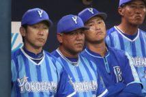 三浦大輔氏(左)の監督就任でこれまでの「ラミレスカラー」を一新か?(時事通信フォト)