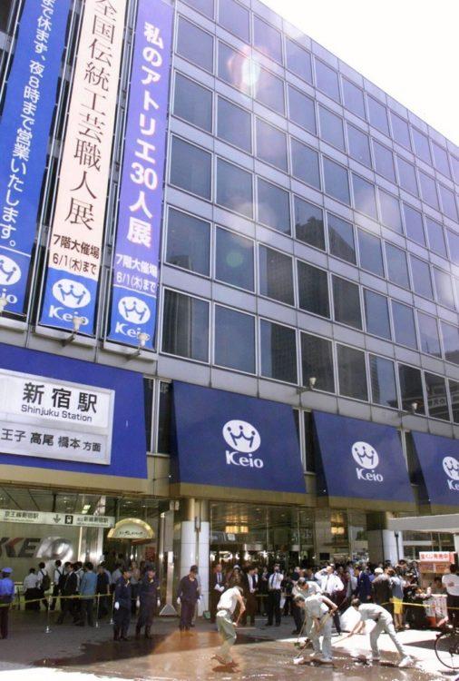 2000年、東京・新宿の京王百貨店前の歩道でも地上にいた男性会社員が巻き添えになり重傷を負った(時事通信フォト)