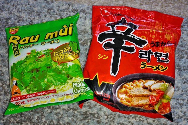 輸入食品を扱う店ではアジア各国のラーメンも人気