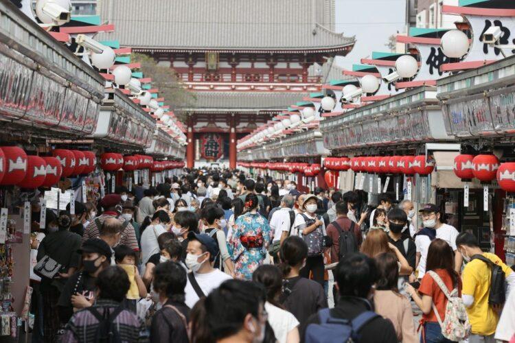 Go To トラベルなどの経済振興策で観光地は再び密状態に(時事通信フォト)