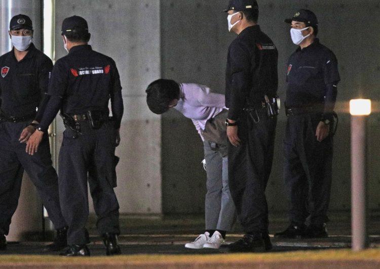 保釈され、東京拘置所を出て一礼する河井案里被告(中央)(時事通信フォト)