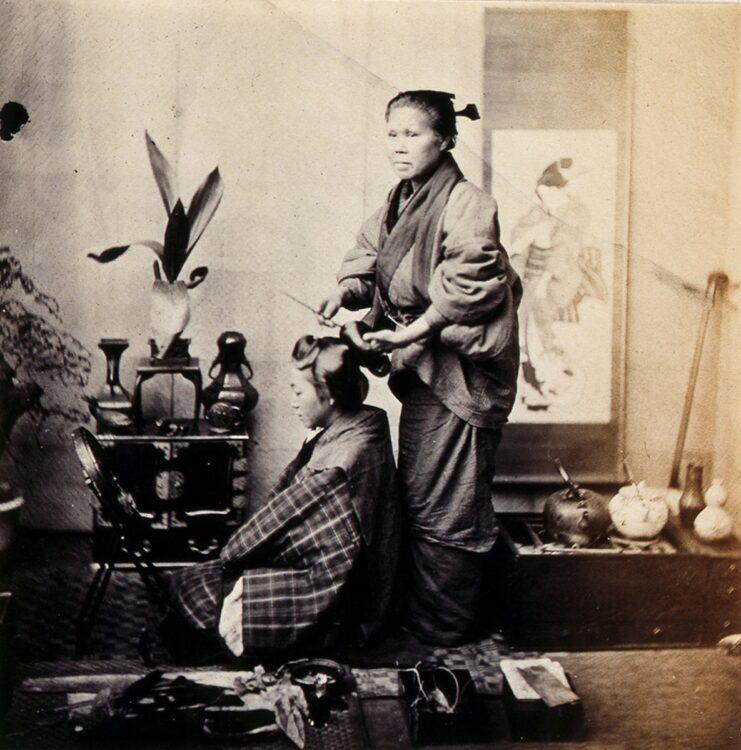 禁止された女髪結い。(F・ベアと撮影。1863(文久3)年。長崎大学付属図書館蔵)