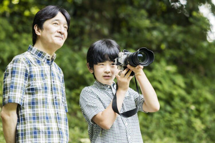 悠仁さまのお誕生日には、父・息子おふたりの写真が公開された(写真は8月10日、東京・港区)