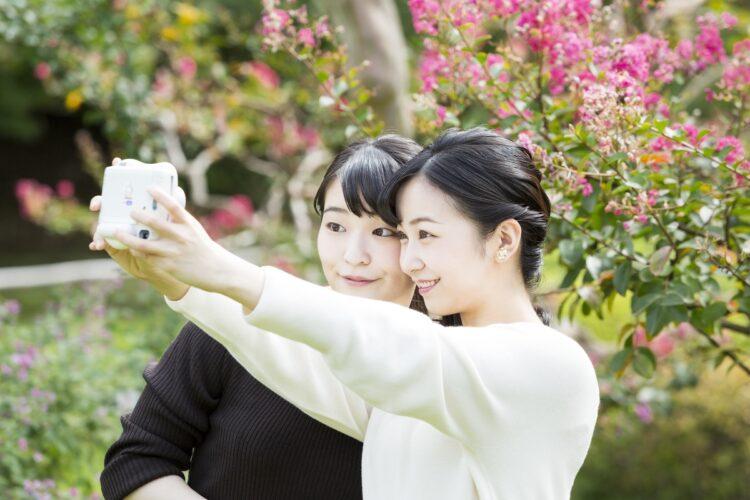 チェキで自撮りされる眞子さまと佳子さま(2020年10月6日。東京・港区 写真/宮内庁提供)