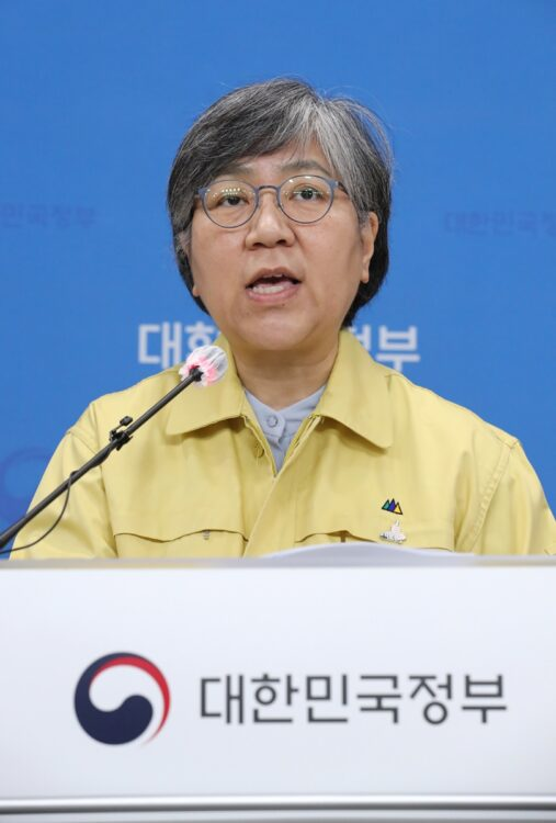 韓国当局は因果関係を否定(疾病管理庁の鄭銀敬庁長。EPA=時事)