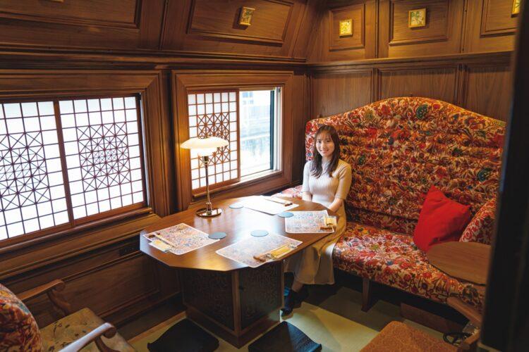 畳や福岡県の大川組子を使用した和洋折衷のクラシックな雰囲気の個室。体験メニューや車内イベントが実施されるマルチカー、ビュッフェなどの車両には、靴を履いて移動する
