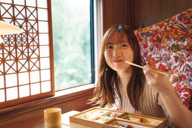 紗綾も豪華食事に満面の笑み