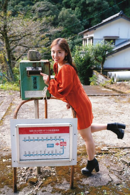 レトロな運賃箱に笑顔の紗綾