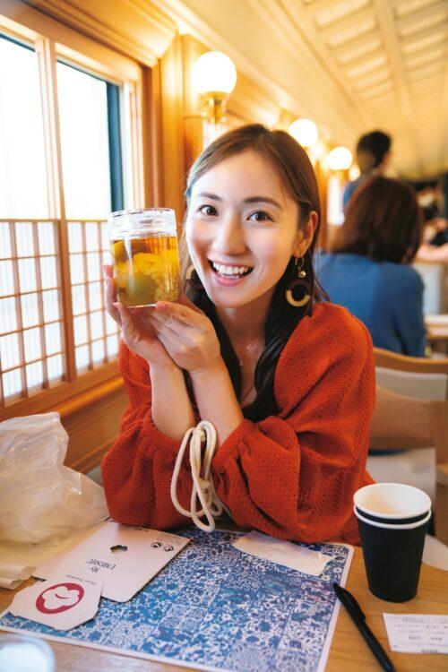 自作した梅酒に満足している紗綾