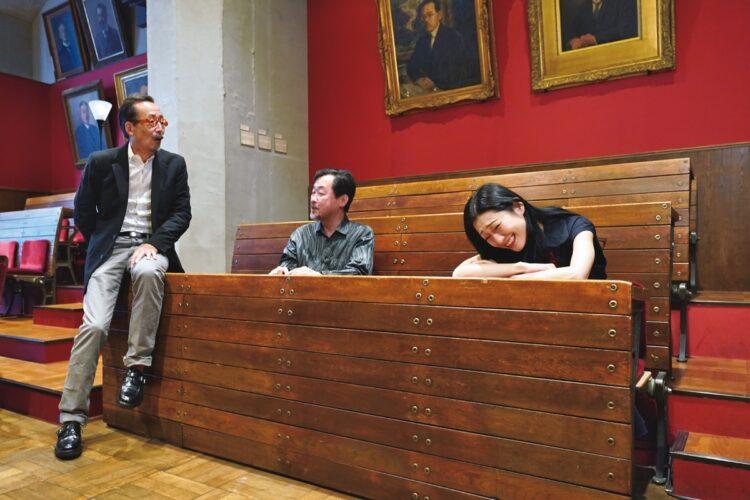 日本郵便株式会社と容共大学総合研究博物館の協働施設。左は西野館長(空間・展示デザイン(C)UMUT works)