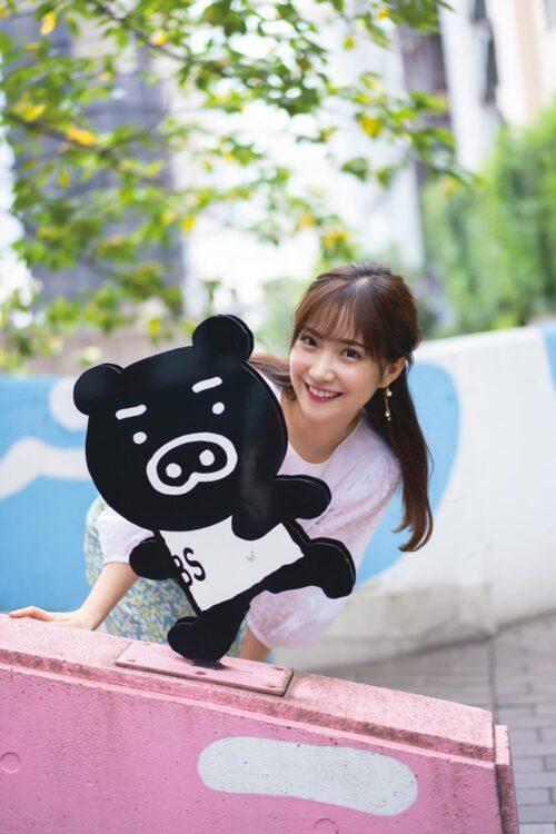 TBSの番組応援キャラクター・ブーブーと並ぶ野村彩也子アナ