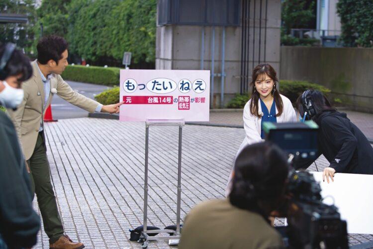 『あさチャン!』お天気コーナーを控えて気象予報士の増田雅昭とリハーサル。「屋外で空模様や気温を肌で感じて、お出かけ前に役立つ情報をお届けしたいと思っています」