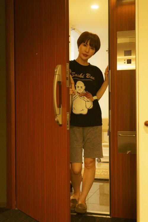被害者の女優・里美ゆりあが自宅で恐怖の瞬間を再現