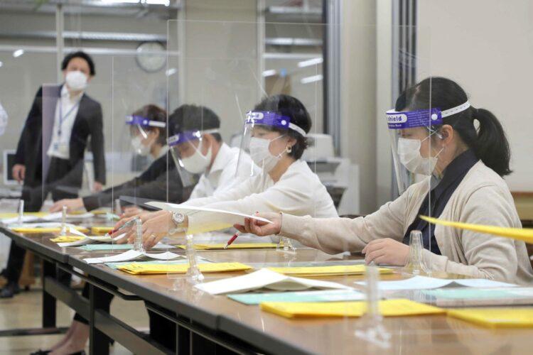 センター試験に代わり行われる大学入試共通テスト出願書類の開封作業(時事通信フォト)