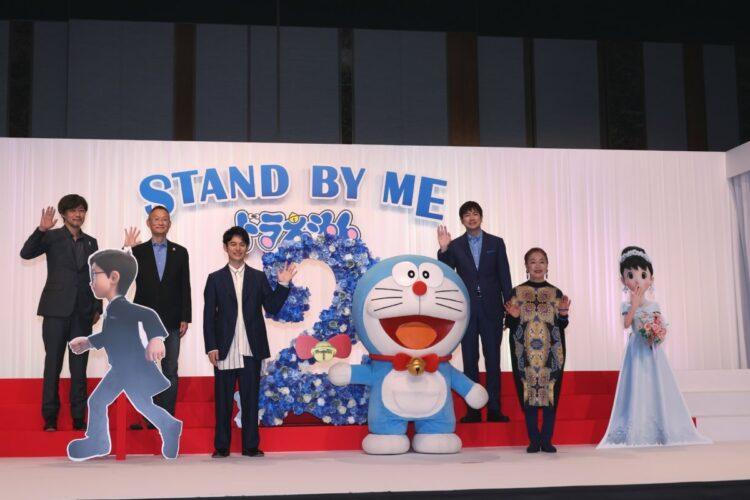 左から山崎貴監督、八木竜一監督、妻夫木聡、羽鳥慎一、宮本信子
