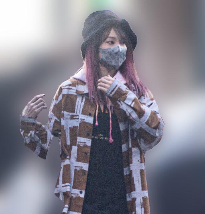 ピンク髪やインパクトある恰好で歩くLiSAを発見