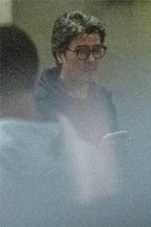 メガネに黒パーカーというラフな私服姿