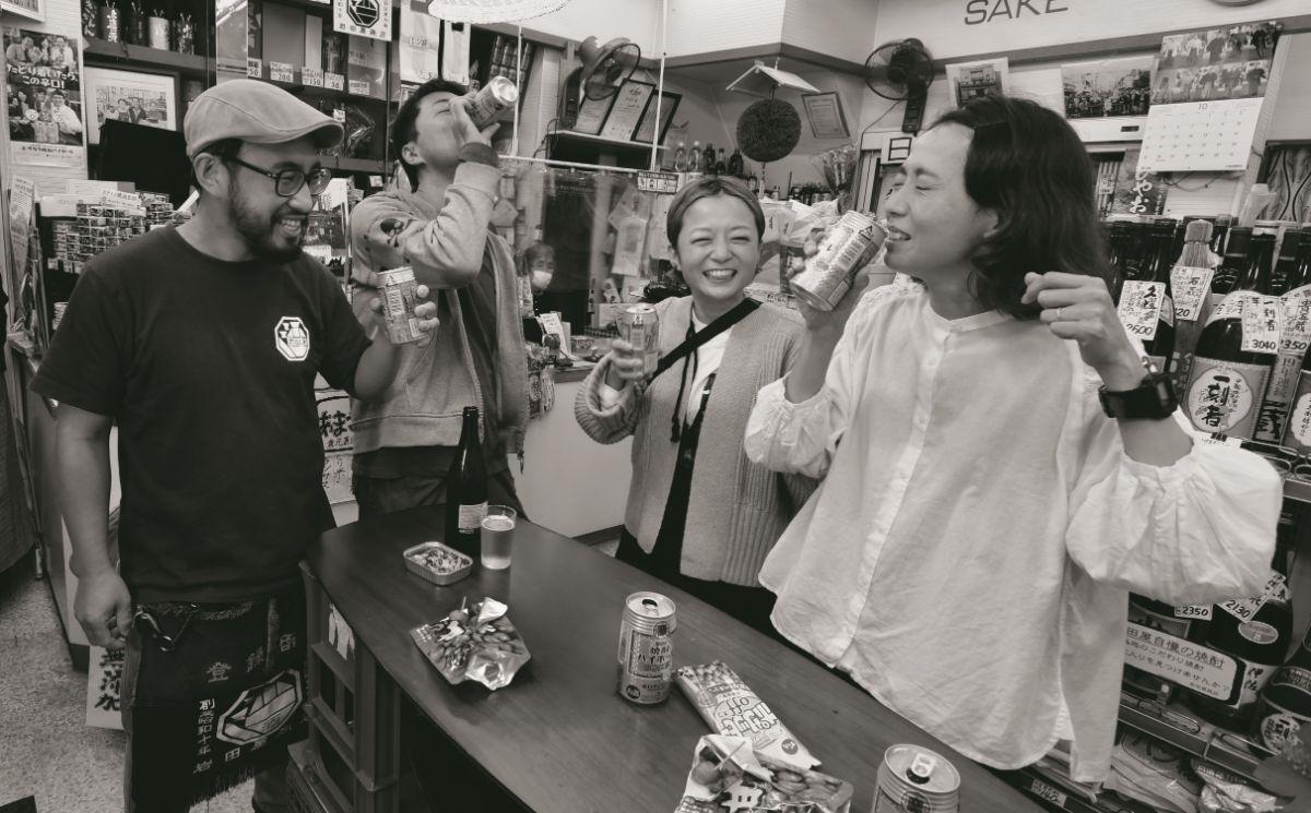 長年福祉の仕事に従事している店主(写真左)が、町の人の居場所として角打ちを始めた