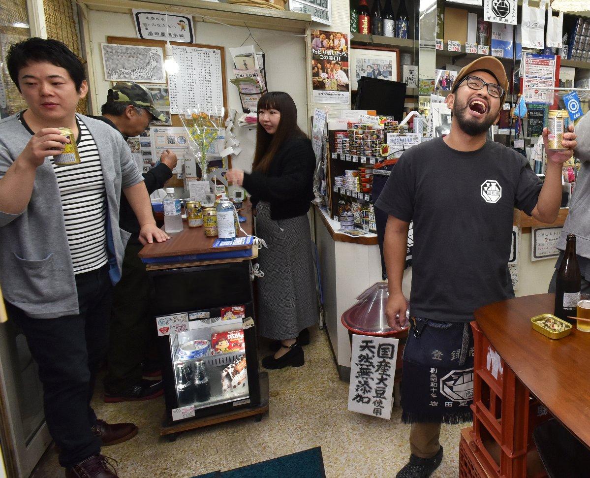 自慢の味噌樽(写真中央)から、味噌の計り売りもしている