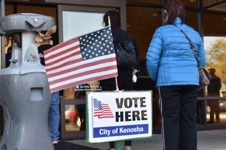 大統領選で投票所に並ぶ市民(ウィスコンシン州/時事通信フォト)