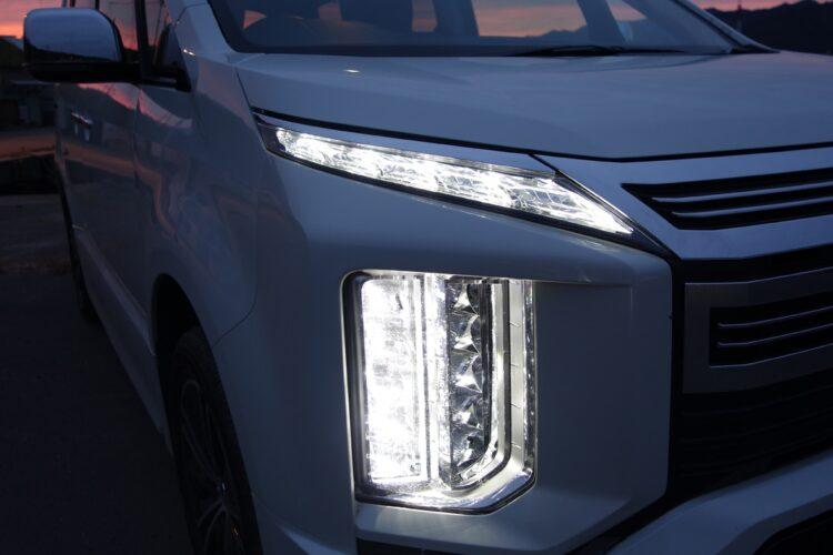 ヘッドランプは明るさ、照射範囲とも優れていたが、走行車や対向車を避けてハイビーム照射するアクティブハイビームは未装備(デリカD:5)