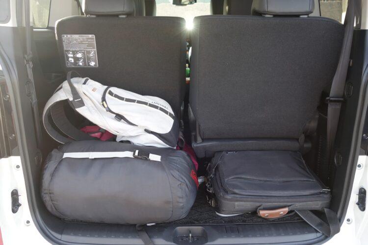 荷室は6名分の旅行手荷物くらいであれば余裕。ただしアンダーフロア収納はない(デリカD:5)